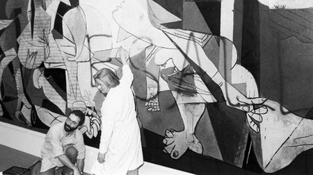 "Guernica después del ataque vandálico de Tony Shafrazi, con el graffiti ""Kill All Lies"". Nueva York, 1974."