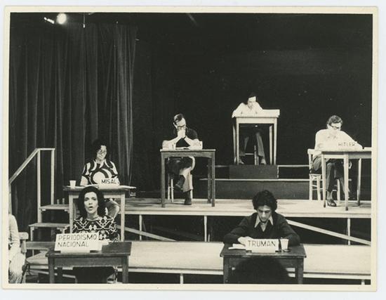 """Puesta en escena de Operativo: """"Pacem in Terris"""", 1972. Adaptación de Palabras ajenas de León Ferrari, dirigida por Pedro Asquini en el Teatro Larrañaga. Archivo de Adriana Banti, Buenos Aires"""