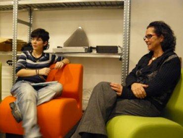 Berta Sureda atiende las preguntas de los jóvenes. Museo Reina Sofía, 2010.