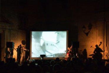 El grupo Racalmuto en una sesión de proyección y concierto. Museo Reina Sofía, 2010.