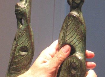 Persona ciega explorando la obra de Henry Moore Two leaf standing figures. Museo Reina Sofía, 2007.