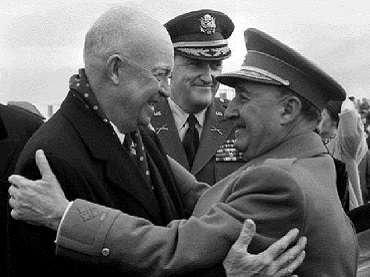 Abrazo entre Francisco Franco y Dwight D. Eisenhower en visita oficial, Madrid, 1959