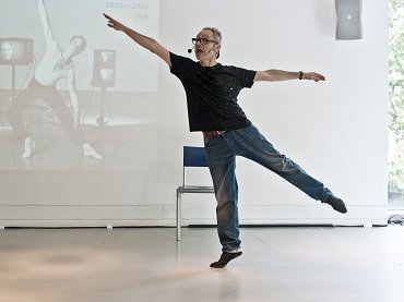 Toni Jodar in one of his performative lectures on modern and contemporary dance. Photo: Pau Ros