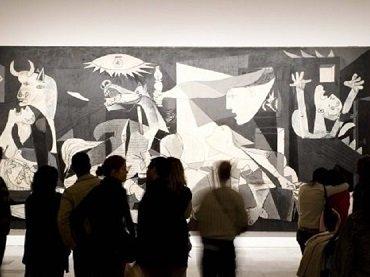 Grupo de personas en una visita inclusiva frente a Guernica
