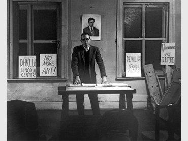 Henry Flynt durante su conferencia From Culture to Veramusement en el loft de Walter De Maria, Nueva York, 28 de febrero, 1963. Fotografía: Diane Wakoski. Cortesía Henry Flynt