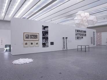 Vista de sala de la exposición. El arte sucede. Origen de las prácticas conceptuales en España (1965-1980), 2005