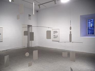 Vista de sala de la exposición. Dorit Margreiter. Descripción, 2011