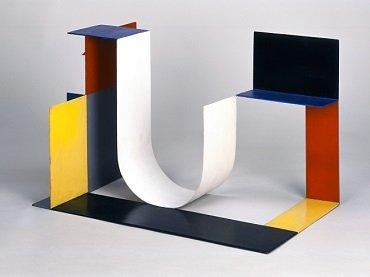 Katarzyna Kobro. Kompozycja przestrzenna (4) [Spatial Composition (4)], 1929. Oil and metal 40 x 64 x 40 cm. Muzeum Sztuki, Łódź