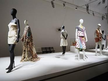 Vista de sala de la exposición. Tras el espejo: moda española, 2003