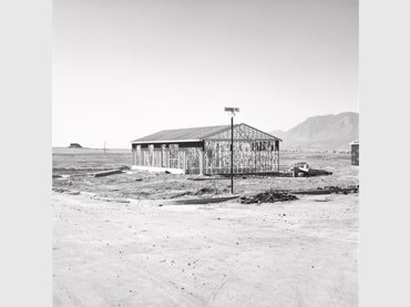 Robert Adams. Frame for Tract House, Colorado Springs, Colorado (Armazón de una vivienda en una urbanización residencial, Colorado Springs, Colorado), 1969. Yale University Art Gallery, adquirida gracias a las donaciones de Saundra B. Lane, Trellis Fund y Janet and Simeon Braguin Fund