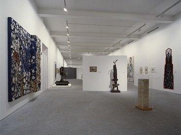Vista de sala de la exposición. Visiones paralelas. Artistas modernos y arte marginal, 1993