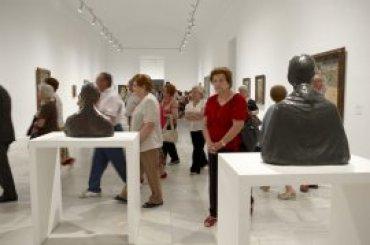 Grupo de adultos durante la realización de la visita. Museo Reina Sofía, 2005.