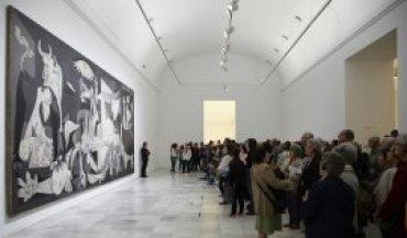 Visitantes ante la obra Guernica, 1937. Museo Reina Sofía, 2008