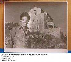 """Amos Gitai devant """"La Maison"""" (nº14 de la rue Dor Dor veDorshav)"""