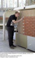 El artista Roman Ondák trabajando en el proyecto  Escena, realizado en el Palacio de Cristal. Museo Nacional Centro de Arte Reina Sofía, 2013. Fotografía: Joaquín Cortés/Román Lores