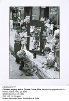 Helen Levitt, Children playing with a picture frame, New York (Niños jugando con un marco, Nueva York), ca. 1940
