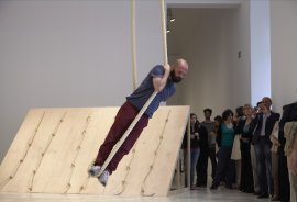 Performance de Simone Forti, Accompaniment for La Monte's 2 sounds (without La Monte's 2 sounds), Museo Reina Sofía, 2013