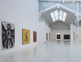 Vista de sala de la exposición Idea: Pintura Fuerza En el gozne de los años 70 y 80 en el Palacio de Velázquez del Parque del Retiro (Madrid)