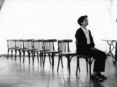 Esther Ferrer, Canon para siete sillas. Performance, 1990
