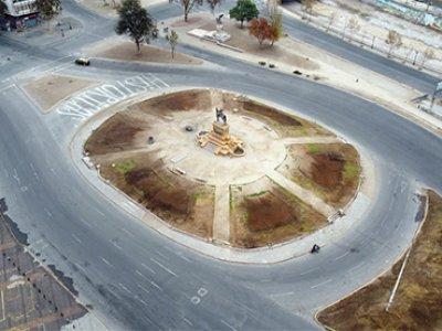 La Plaza Baquedano vacía durante el confinamiento establecido a causa de la pandemia. Santiago de Chile, 2020