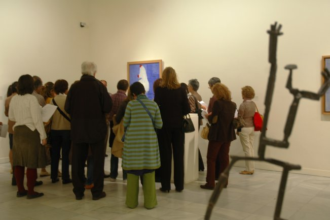 """Grupo asistiendo a uno de los cursos del programa """"Lecciones de Arte"""". Museo Reina Sofía, 2007"""