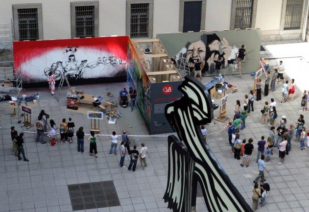 Vista general de los murales expuestos en la Plaza Nouvel
