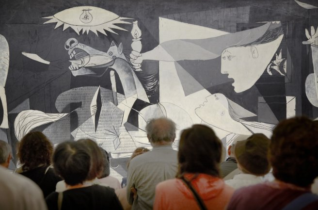 Alumnos del curso frente a Guernica, 1937 de Pablo Picasso. Museo Reina Sofía, 2007