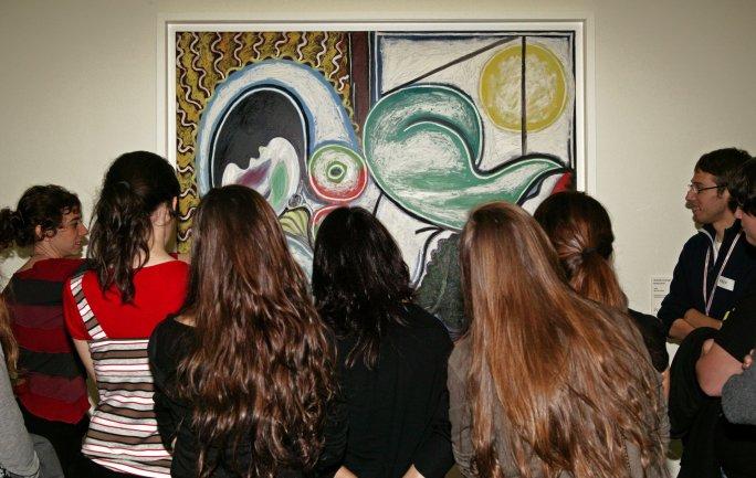 Grupo de escolares de Secundaria durante la visita. Museo Reina Sofía, 2008