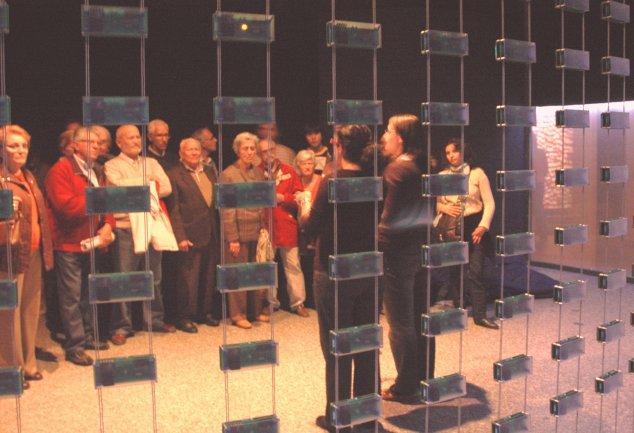 """Grupo de personas sordas asistiendo a una visita a la exposición """"Máquinas y Almas"""" con Intérprete en LSE. Museo Reina Sofía, 2008."""
