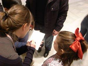 Asistentes al taller trabajan en las salas con la guía didáctica Sueños. Museo Reina Sofía, 2008