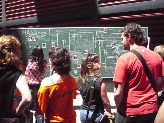 Los jóvenes del Equipo charlan animadamente sobre la actividad