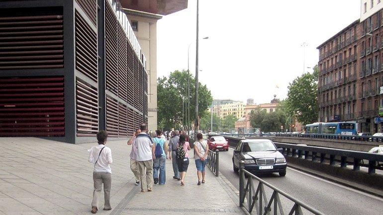 Grupo Conect@ explorando el entorno del Museo Reina Sofía, en Ronda de Atocha, 2010