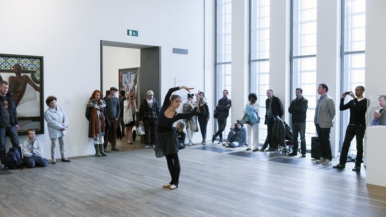 Antonia Franceschi en 20 Dancers for the XX Century de Boris Charmatz. As part of BMW Tate Live: If Tate Modern was Musée de la danse? Tate Modern. Joe Humphrys © Tate, 2015