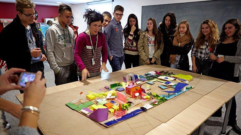 Un grupo de alumnos analiza la maqueta que han realizado