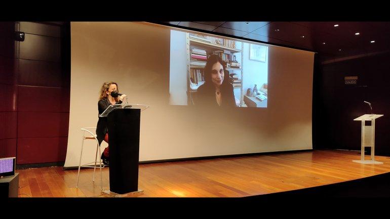 Laura Casielles y Kenza Sefrioui (en pantalla) durante su intervención en Documentos 17. Souffles (1966-1971) Una revista de arte, cultura y política desde Marruecos, 2021. Fotografía: Celia Maldonado