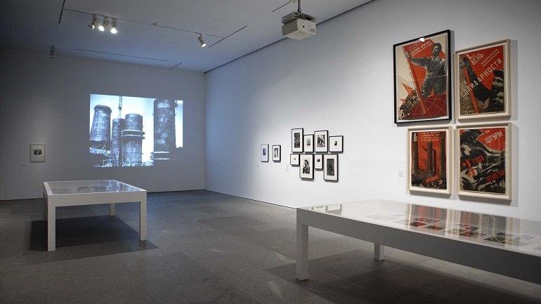 Vista de sala de la exposición Una luz dura, sin compasión. El movimiento de la fotografía obrera, 1926-1939, 2011