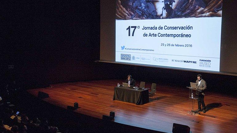 Ignacio de Antonio Antón presenta su ponencia sobre la documentación y archivo de las performance