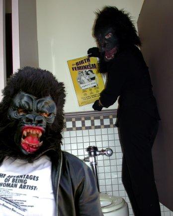"""Guerrilla Girls. Fotografía de las Guerrilla Girls en el baño con el póster """"El nacimiento del feminismo"""". Cortesía de las Guerrilla Girls"""