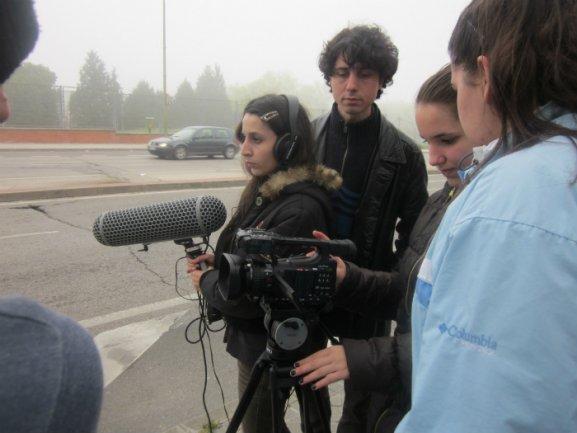 Alumnos y Jonás Trueba en un momento del rodaje en Orcasitas