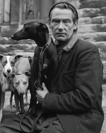 Chris Killip. Whippet Fancier. Serie: Huddersfield, 1973. Courtesy Eric Franck Fine Art © Chris Killip