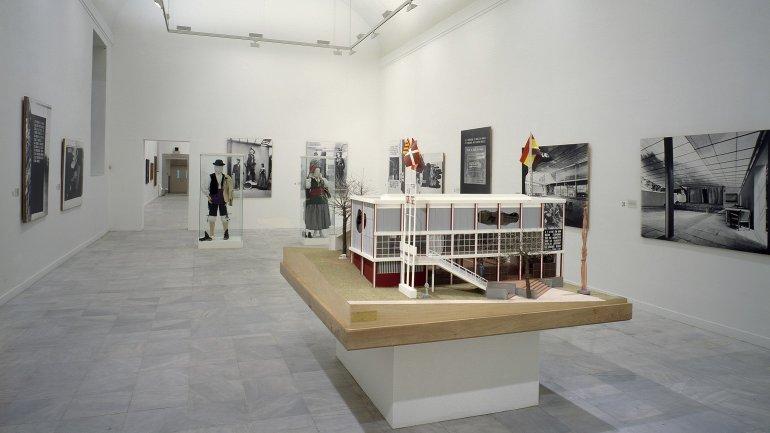 Vista de sala de la exposición. Pabellón Español. Exposición Internacional de París 1937 , 1987