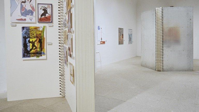 Vista de sala de la exposición. Signos del Siglo: 100 años de Diseño Gráfico en España, 2000