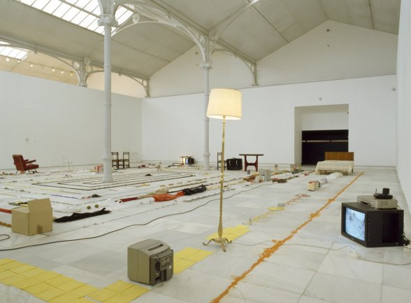 Exhibition view. Versiones del Sur: Cinco propuestas en torno al arte en América. Eztetyka del sueño, 2001