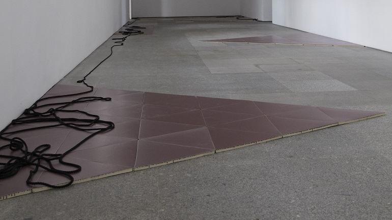Vista de sala de la exposición. Leonor Antunes. walk around there. look through here, 2011