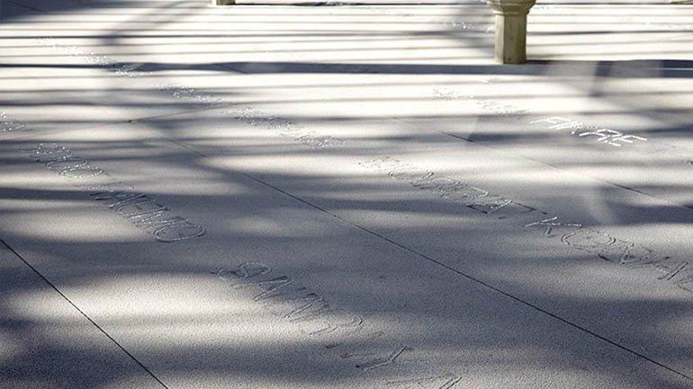 Vista de la instalación Palimpsesto de Doris Salcedo, Palacio de Cristal