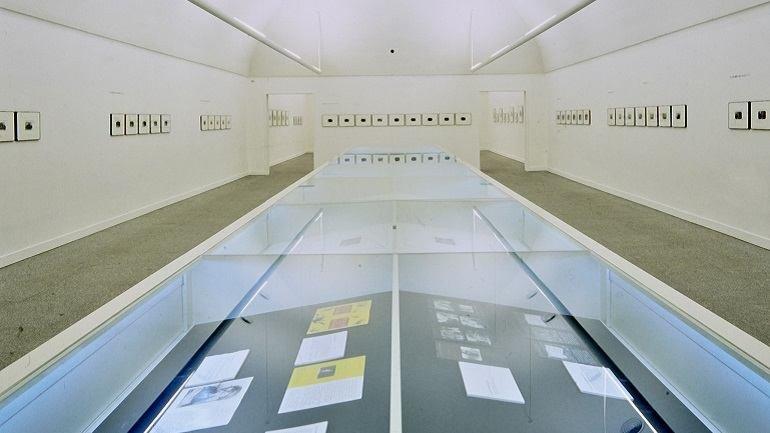 Vista de sala de la exposición. Duane Michals, 1998