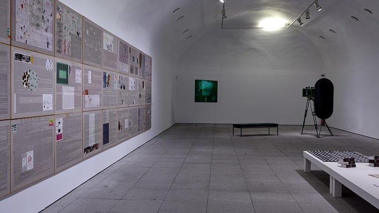 Vista de sala de la exposición. Ficciones y territorios. Arte para pensar la nueva razón del mundo, 2016
