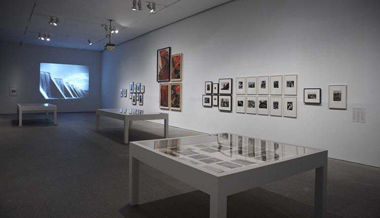 Vista de sala de la exposición. Una luz dura, sin compasión. El movimiento de la fotografía obrera, 1926-1939, 2011