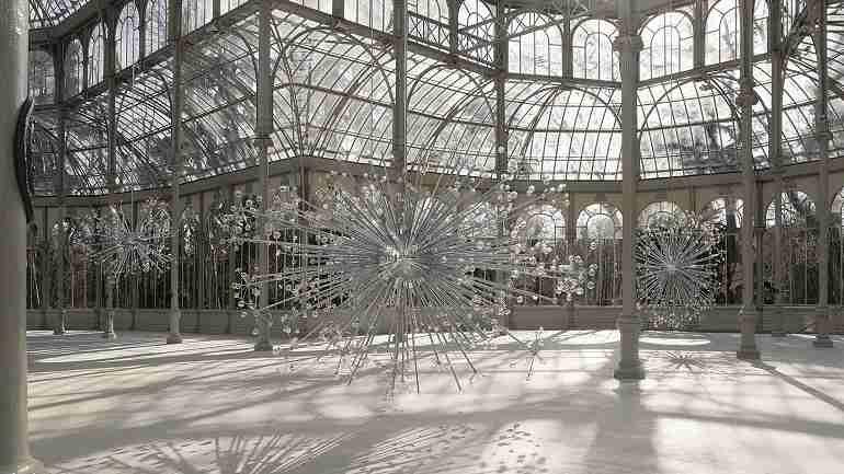 Vista de sala de la exposición. Josiah McElheny. Espacio para un universo isla, 2009