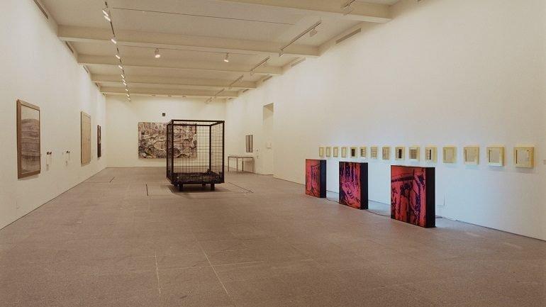 Exhibition view. Museo de museos. 25 Museos de arte contemporáneo en la España de la Constitución, 2003